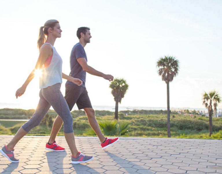 Đi bộ là phương pháp tăng sự cứng chắc cho cơ lưng