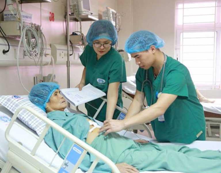 Sau khi mổ thoát vị đĩa đệm 24h người bệnh cần được truyền kháng sinh và giảm đau
