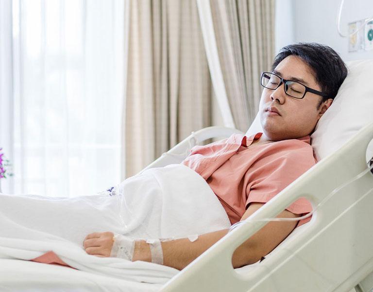 Từ 4 đến 5 ngày sau mổ bệnh nhân vẫn cần theo dõi tại viện