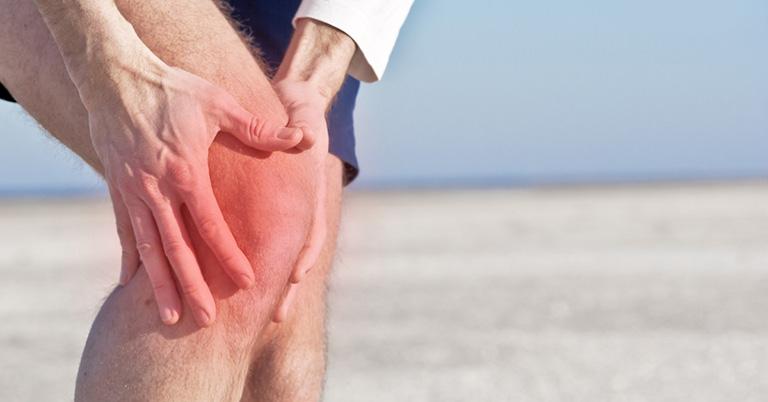 Người bị bệnh gút thường đau các khớp gối, ngón chân...