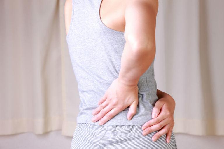 Đau lưng bên phải có thể là dấu hiệu của những bệnh lý liên quan đến xương khớp, cột sống