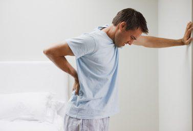 Các cơn đau nhói sau lưng bên phải thường xuất phát từ những bệnh lý xương khớp