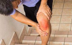 Khô khớp khiến người bệnh đi lại khó khăn, đau đớn và phát ra âm thanh nghe rõ