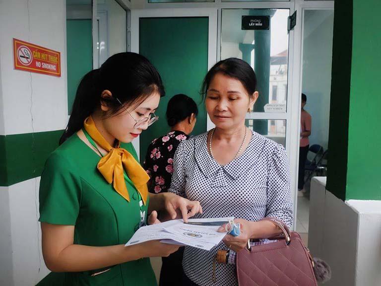 Người bệnh tiếp tục được hướng dẫn đến các phòng Đông y để thăm khám, bắt mạch và kê đơn