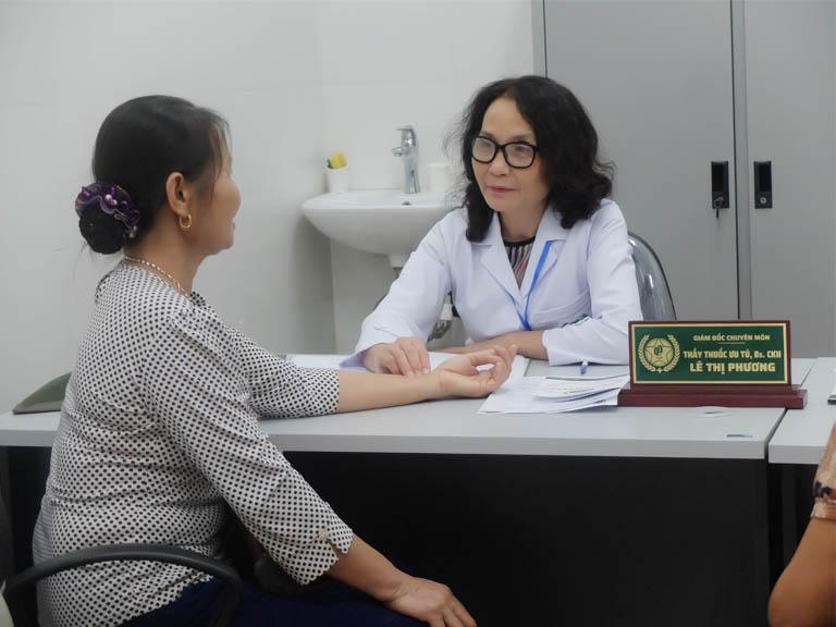 Sau khi khám Tây y, người bệnh tiếp tục thăm khám và nhận chẩn đoán điều trị cuối cùng với bác sĩ YHCT