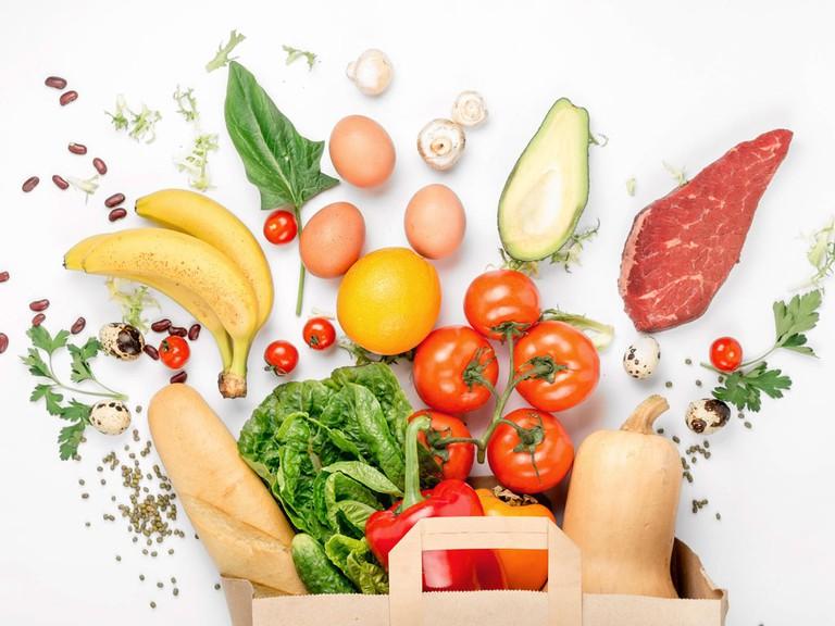 Thiếu hụt chất dinh dưỡng là một trong những nguyên nhân phổ biến khiến mẹ sau sinh bị đau khớp gối