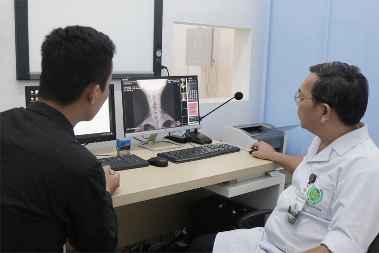Người bệnh được chỉ định thăm khám và nhận chẩn đoán cụ thể từ bác sĩ Tây y