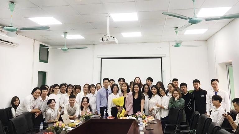 Bức ảnh tập thể ban lãnh đạo Bệnh viện và các em sinh viên trường Đại học Lao động Xã hội