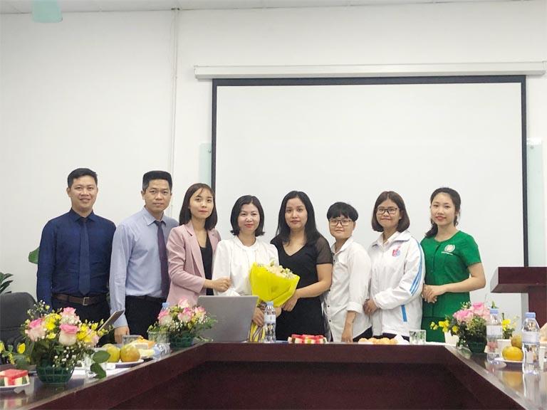 Đại diện các em sinh viên tặng quà lưu niệm cho Bệnh viện Đa khoa YHCT Quân Dân 102