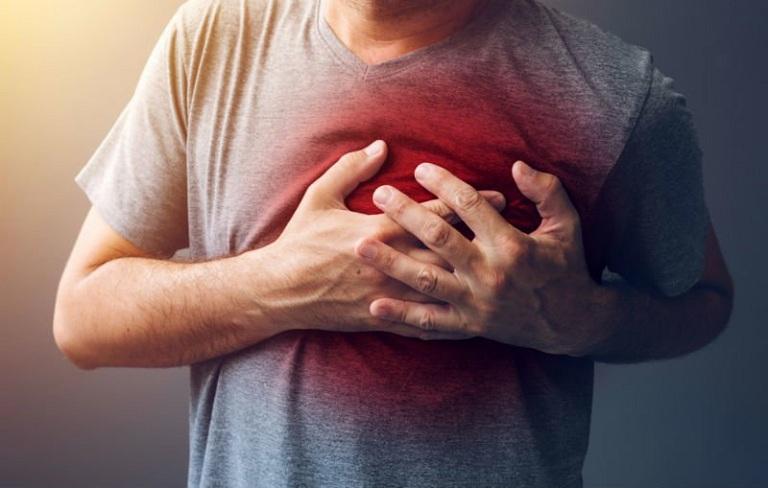 Người bệnh bị thấp khớp cấp có thể bị khó thở, tim đập nhanh và cảm thấy tức ngực