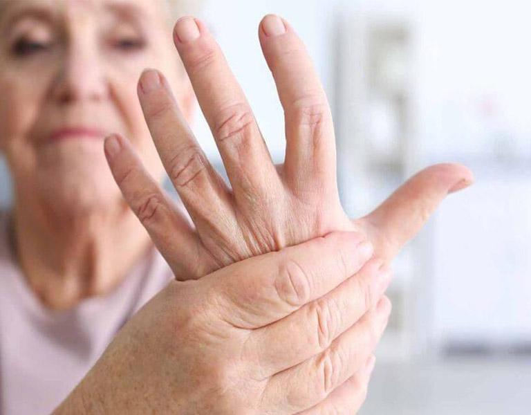 Triệu chứng của căn bệnh có thể gây tê ở bàn tay
