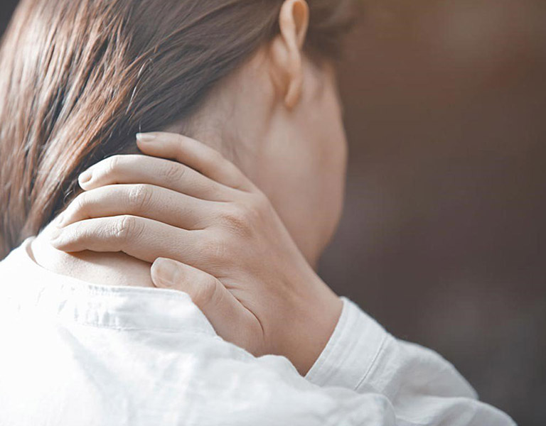 Người làm việc văn phòng có thể mắc bệnh thoái hóa đốt sống cổ gây tê tay