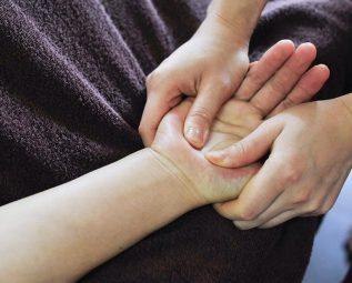 Đau khớp cổ tay sau sinh có sao không? Cách điều trị
