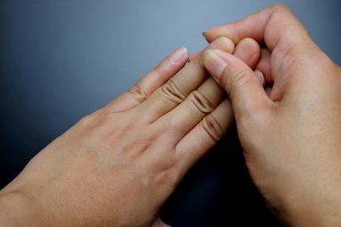 Sưng khớp ngón tay khiến khả năng vận động người bệnh bị hạn chế