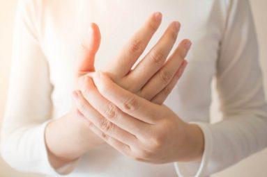 Sưng khớp tay: Thông tin cơ bản cần biết và cách điều trị hiệu quả