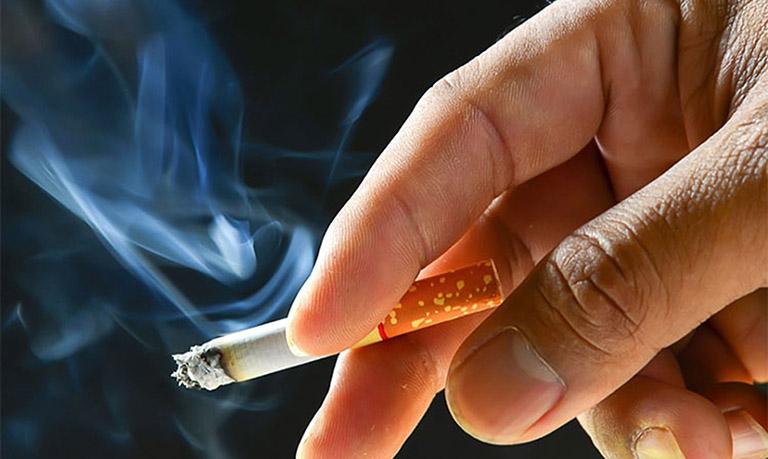 Hút thuốc lá rất dễ mắc bệnh xương khớp nói chung và thấp khớp nói riêng