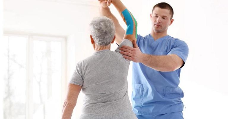 Người bệnh nên tập các bài vật lý trị liệu thường xuyên, vừa hỗ trợ điều trị bệnh, vừa tăng cường sức khỏe
