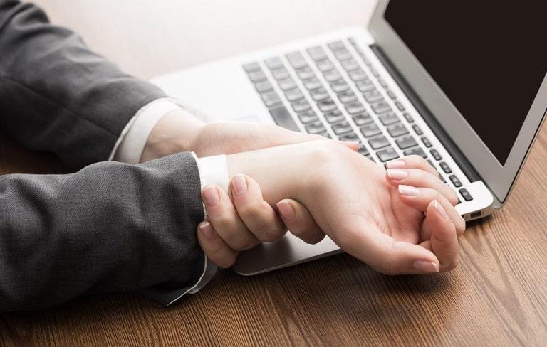 Nhân viên văn phòng dùng tay nhiều rất dễ bị viêm bao khớp hoạt dịch