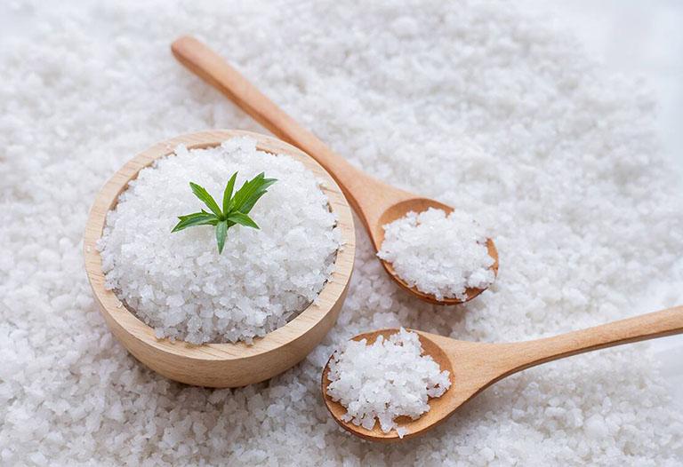 Thực phẩm có chứa nhiều muối là yếu tố làm ảnh hưởng đến xương khớp