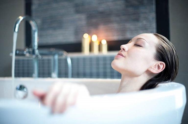 Ngâm mình trong nước ấm cũng là một trong những cách chữa viêm màng hoạt dịch khớp gối