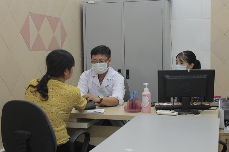 Dựa trên kết quả khám của Tây y, bác sĩ Đông y sẽ tiến hành kê đơn, bốc thuốc