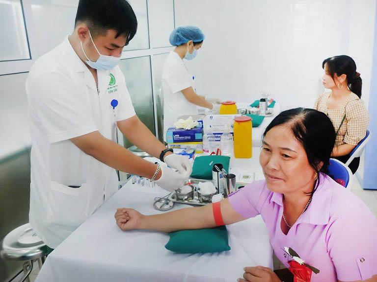 Bệnh nhân điều trị tại Bệnh viện YHCT Xương khớp Quân Dân 102 mỗi ngày đều rất đông