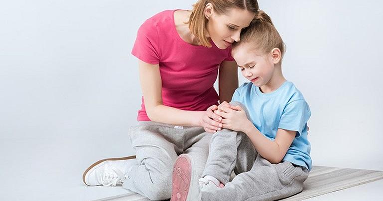 Bệnh viêm khớp cấp ở trẻ em xuất phát từ nhiều nguyên nhân, từ nội sinh đến ngoại sinh