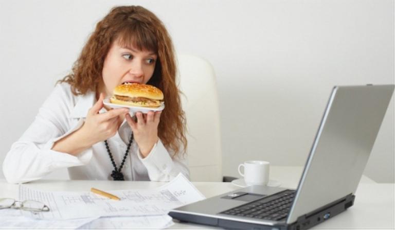 Ăn uống thất thường khiến dân văn phòng dễ mắc các bệnh lý