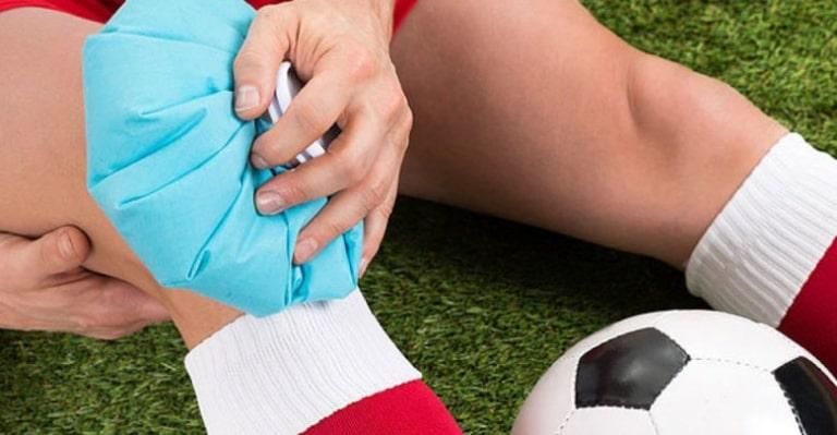Chữa đau khớp gối khi chơi thể thao bằng cách chườm lạnh luôn được ưu tiên hàng đầu