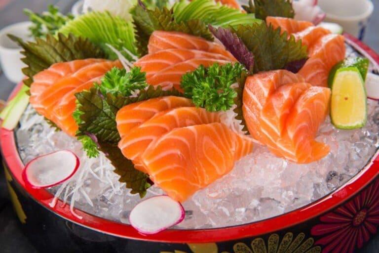 Người bệnh nên ăn các thực phẩm có chứa nhiều omega 3 như cá hồi