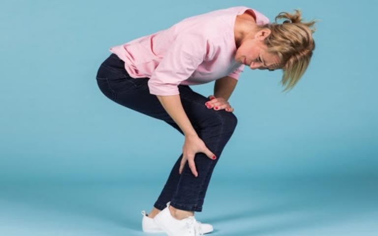 Bị đau khớp gối khi đứng lên ngồi xuống xảy ra phổ biến ở độ tuổi trung niên và người già