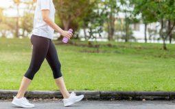 Bị đau khớp háng có nên đi bộ không và làm thế nào để khắc phục?