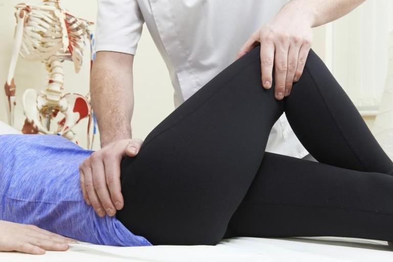 Bác sĩ khám và đưa ra lời khuyên về phương pháp điều trị phù hợp