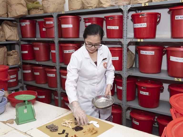 Lương y Nguyễn Khương Thụy trực tiếp kê đơn, bốc thuốc cho bệnh nhân Lâm Duy Hội