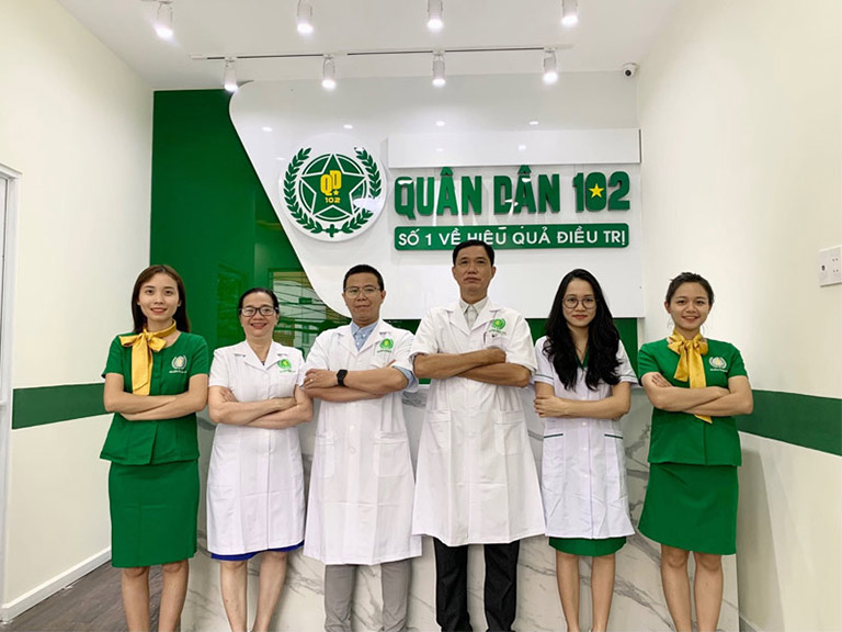 Lương y Nguyễn Khương Thụy và các y bác sĩ tại Phòng khám YHCT Quân dân 102
