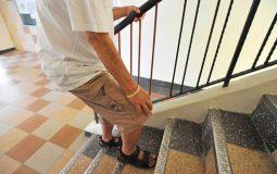Đau đầu gối khi xuống cầu thang cảnh báo bệnh gì và cách xử lý ra sao?