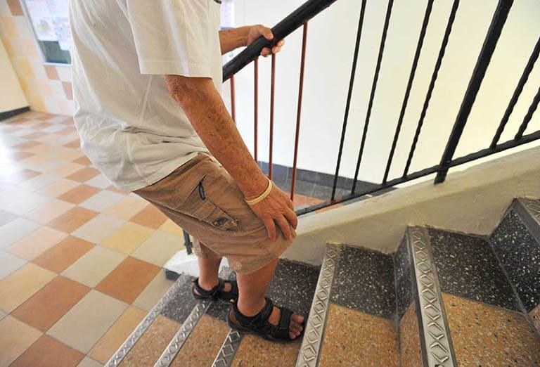 Đau đầu gối khi xuống cầu thang có thể là biểu hiện của một số bệnh lý nguy hiểm về xương khớp