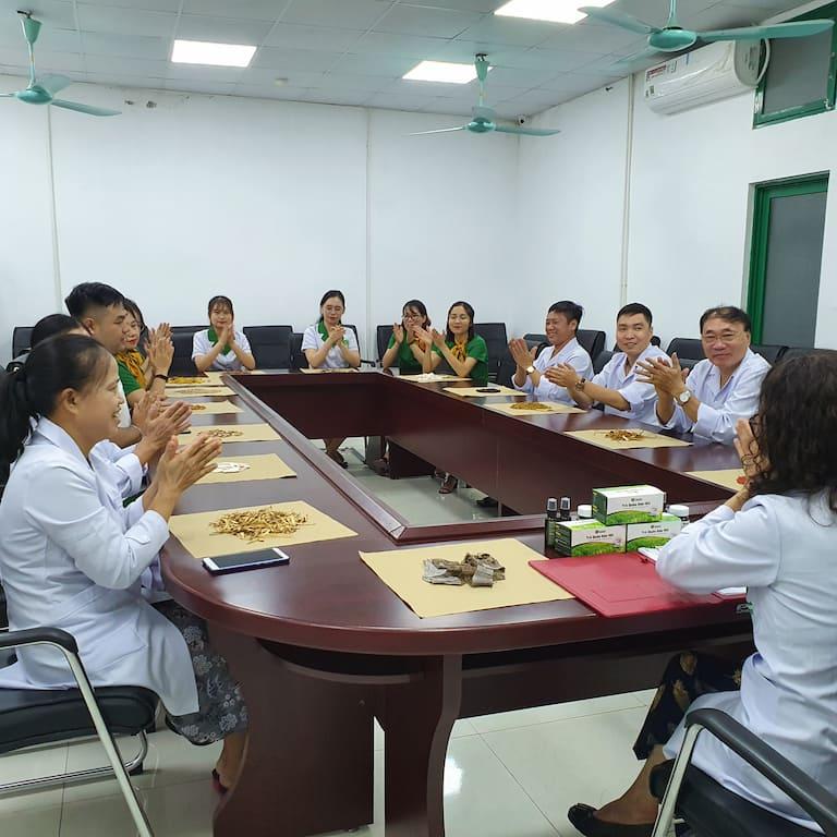 Các bác sĩ Bệnh viện YHCT Xương khớp Quân Dân 102 tiếp nhận và đề xuất giải pháp điều trị bệnh xương khớp ở mọi lứa tuổi