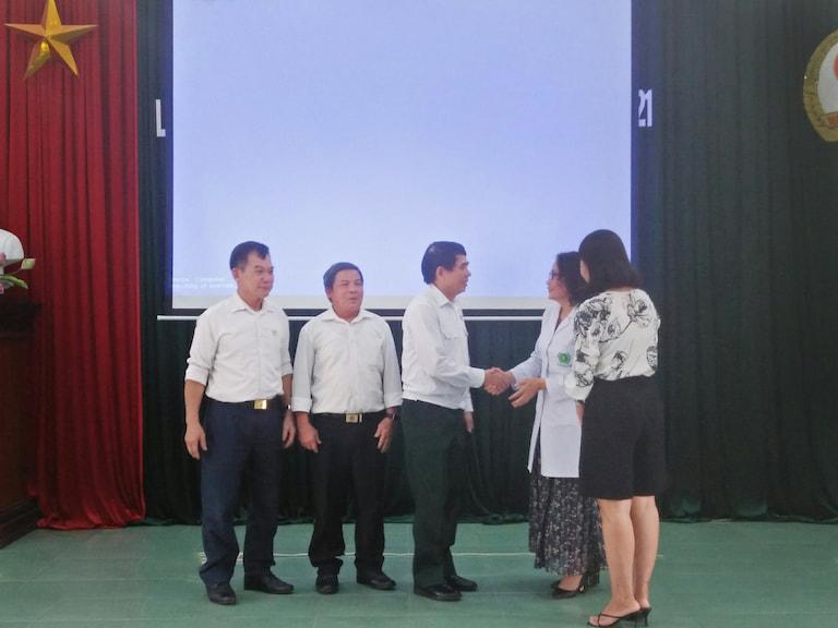 Quân Dân 102 trao tặng phần quà cho tất cả các cán bộ, hội viên Hội Cựu chiến binh thị xã Mỹ Hào, tỉnh Hưng