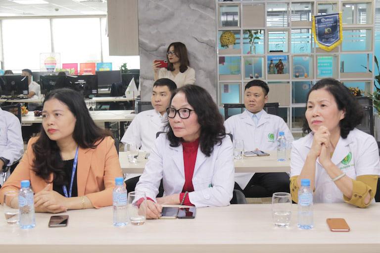 Bác sĩ Lê Phương chủ trì hội thảo cùng sự góp mặt của nhiều chuyên gia y tế hàng đầu