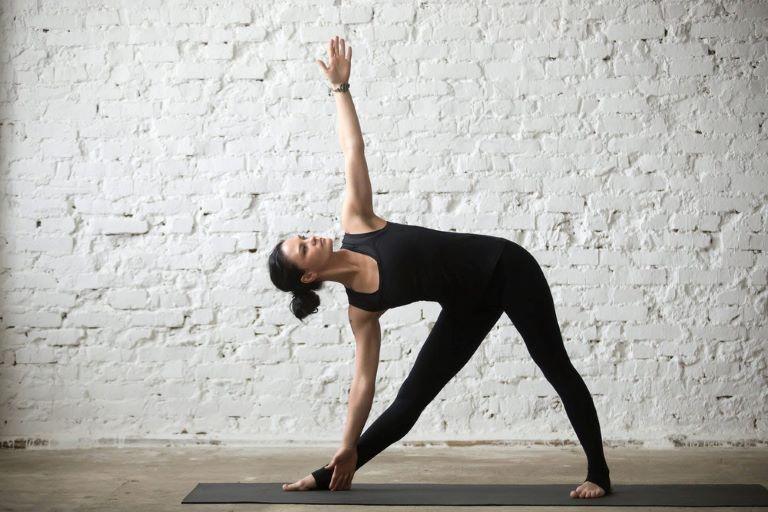 Người bị gai cột sống tập yoga tư thế tam giác giảm đau cột sống hiệu quả