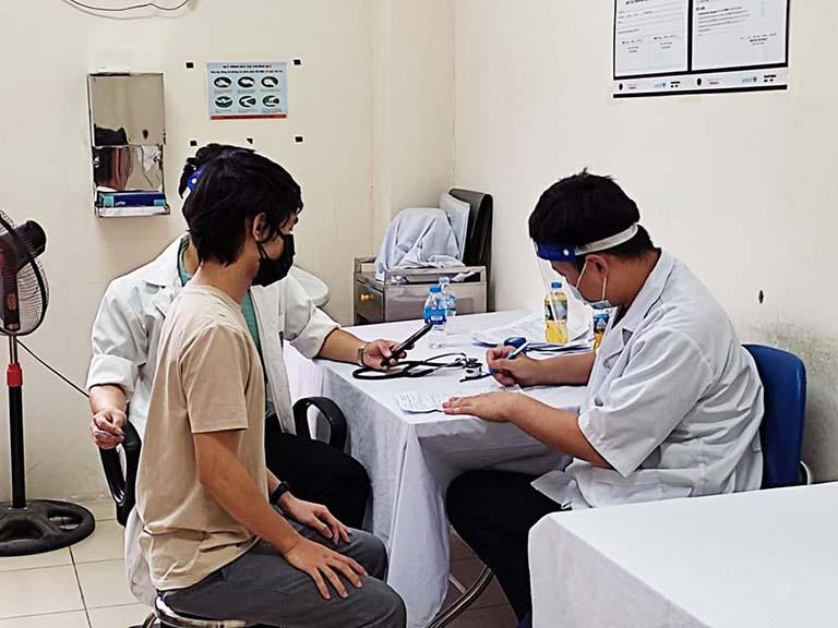 Dù bận rộn, các bác sĩ vẫn rất tận tình với từng bệnh nhân